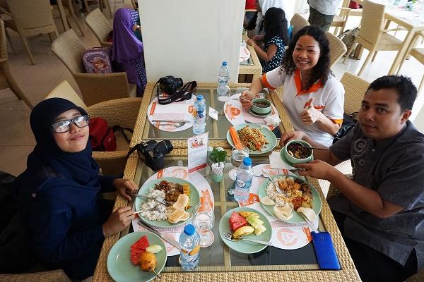 Bu Ripka bersama Duo Blogger asal Batam & Bintan Menikmati Cemilan :p