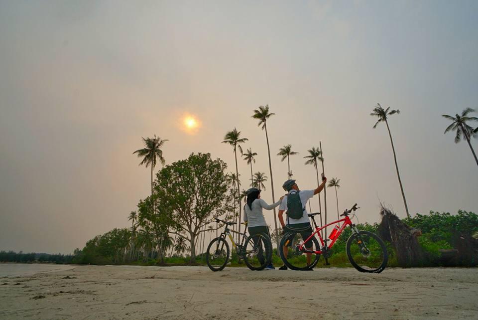 Menikmati Sunrise di Lagoi Bay